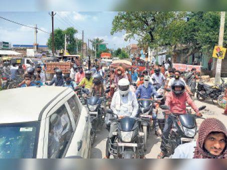 कचहरी चौक से सतगामा तक करीब ढाई किमी तक एक घंटे रहा जाम,चुनावी सभा को संबोधित करने आएं थे योगी आदित्यनाथ|असरगंज,asarganj - Dainik Bhaskar