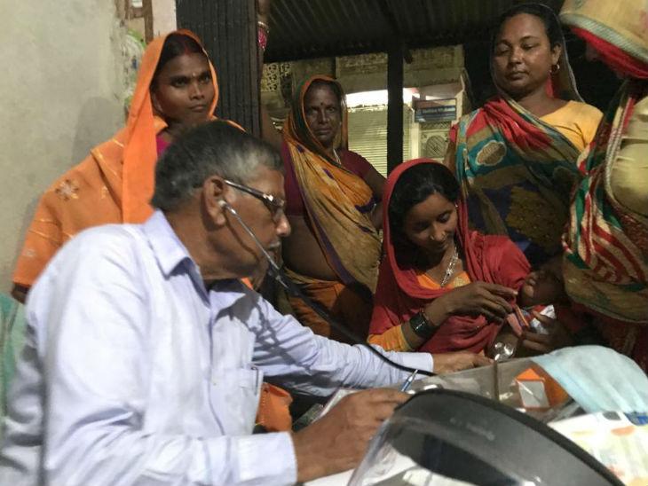 गावों में अब पूरा स्वास्थ्य महकमा ही झोलाछाप बन चुका है। इनमें केमिस्ट से लेकर पैथोलॉजी और रेडियोलॉजी तक सभी काम शामिल हैं।