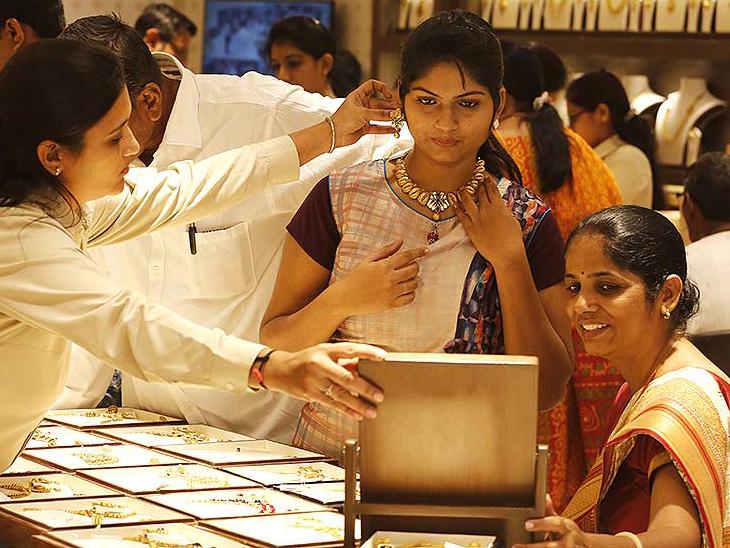 दिसंबर में डिलीवर होने वाले सोने की कीमत 0.41 प्रतिशत की गिरावट के साथ 51,122 रुपए प्रति 10 ग्राम हो गई - Dainik Bhaskar