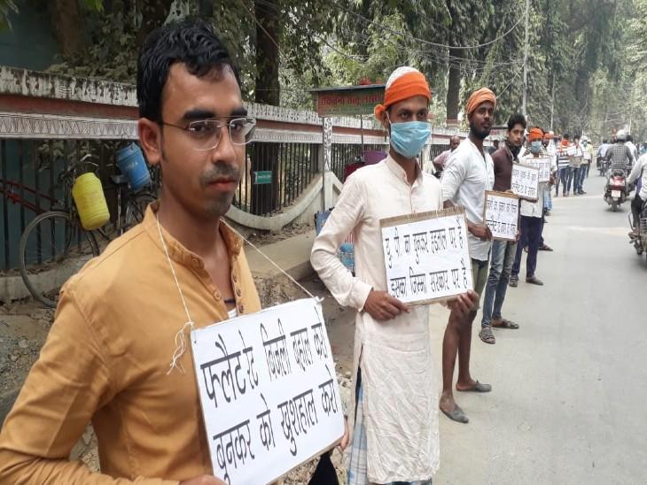 सैकड़ों बुनकर फ्लैट रेट बिजली की मांग को लेकर कारखाने की चाभी और जमीन के कागजात लेकर पहुंचे मुख्यालय,सरकार के माध्यम से बेचने की मांग|उत्तरप्रदेश,Uttar Pradesh - Dainik Bhaskar