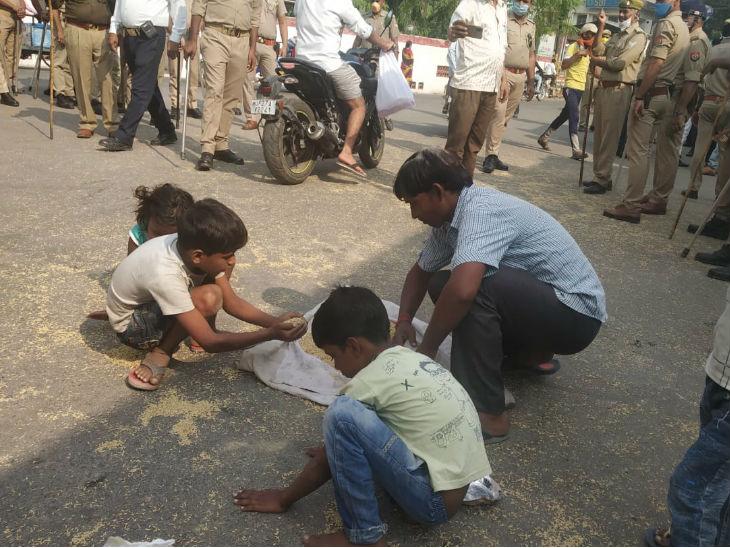 शाहजहांपुर में किसानों के हक में प्रदर्शन कर रहे कांग्रेसियों ने पुलिस वालों पर धान की बारिश की, वही अनाज एक गरीब परिवार का निवाला बना|उत्तरप्रदेश,Uttar Pradesh - Dainik Bhaskar