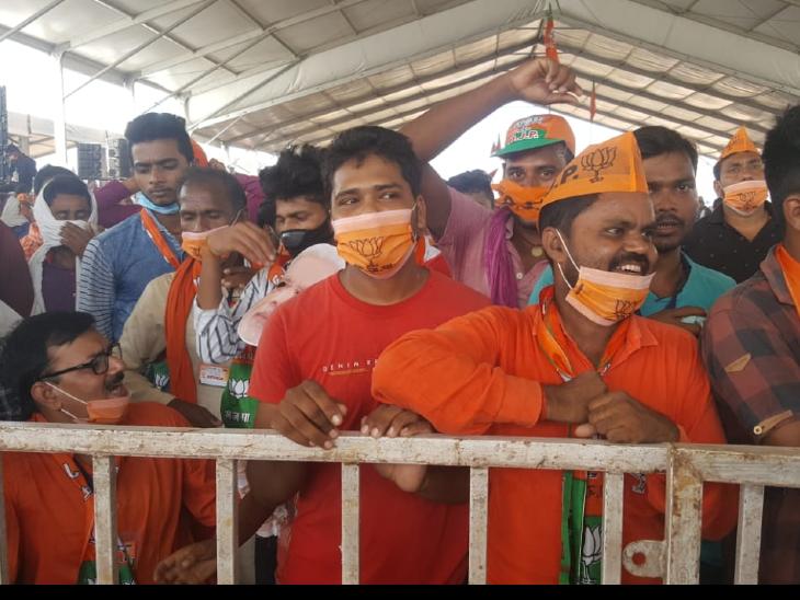 मोदी की रैली में कार्यकर्ताओं ने सोशल डिस्टेंसिंग की जमकर धज्जियां उड़ाईं।