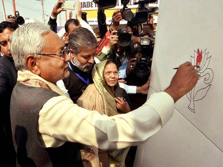 नीतीश कुमार की यह तस्वीर फरवरी 2017 को 23वें पटना पुस्तक मेले के उद्घाटन की है। उस दौरान उन्होंने कमल के फूल के चित्र में रंग भरा था। इस तस्वीर के उस समय कई राजनीतिक मायने निकाले जा रहे थे।