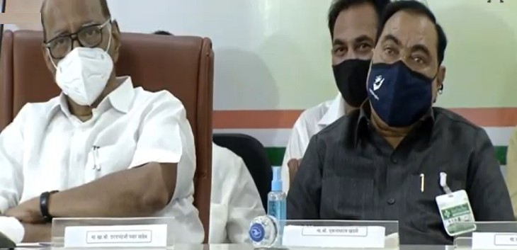 एनसीपी कार्यालय में आयोजित कार्यक्रम के दौरान दोनों एक दूसरे के बगल में बैठे नजर आये।