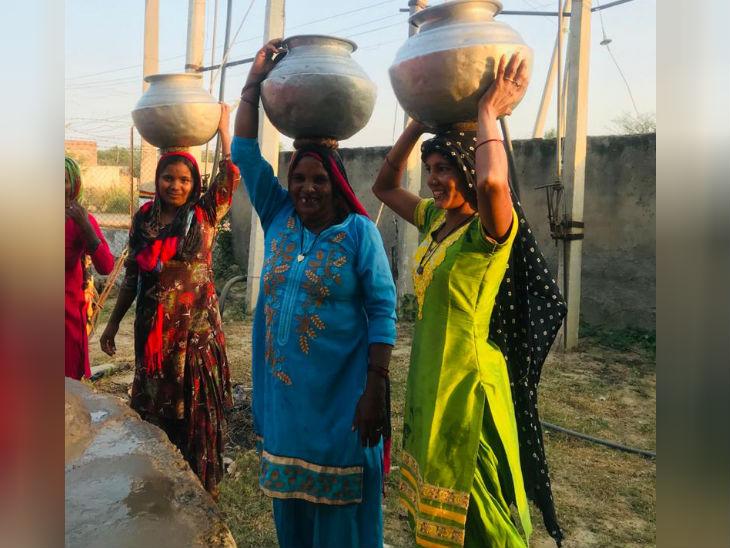 यहां जमीन के नीचे पानी खारा है और सरकारी सप्लाई पंद्रह दिन में सिर्फ एक बार होती है। जो पानी खरीद सकते हैं, खरीद रहे हैं। जो नहीं खरीद सकते, वो पानी भरने के लिए मजबूर हैं। - Dainik Bhaskar