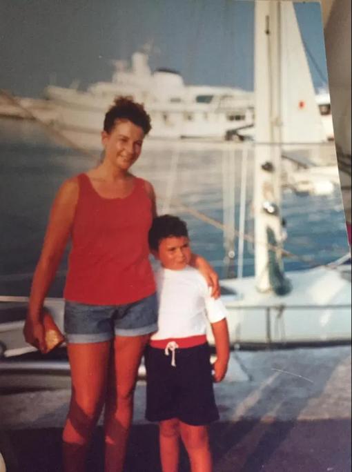 मां के साथ जैसन के बचपन की तस्वीर।