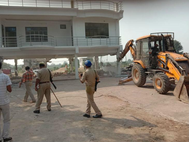 प्रयागराज प्राधिकरण ने शुक्रवार को एक हिस्ट्रीशीटर के अवैध निर्माण को गिरा दिया। बताया जार हा है कि इसमें ऐशोआराम के हर सामान मौजूद थे।जिसकी कीमत करीब 10 करोड़ रुपये बताई जा रही है। - Dainik Bhaskar