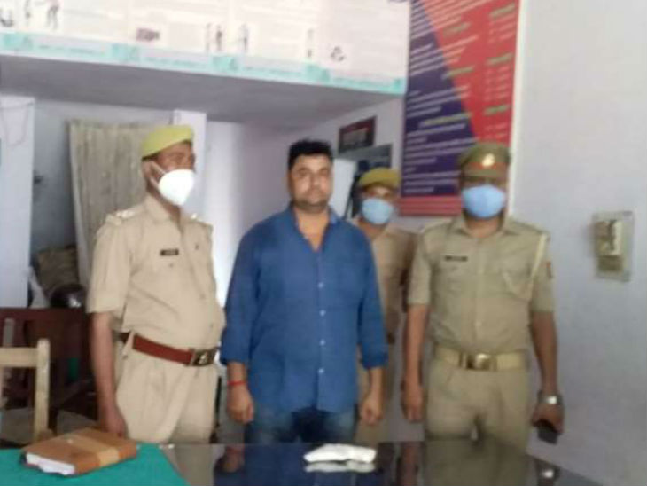 बलिया गोलीकांड का आरोपी धीरेंद्र सिंह पुलिस कस्टडी में। शुक्रवार को उसकी पुलिस रिमांड पूरी हो गई जिसके बाद उसे न्यायालय को सौंप दिया गया। - Dainik Bhaskar