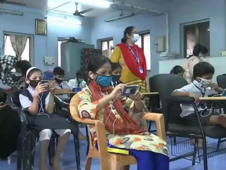 ऑनलाइन क्लास से दूर गरीब बच्चों के लिए मुंबई के शिक्षकों ने की मोबाइल लाइब्रेरी की शुरुआत, कोरोना गाइडलाइंस के साथ रोजाना क्लास ले रहे 22 स्टूडेंट्स करिअर,Career - Dainik Bhaskar