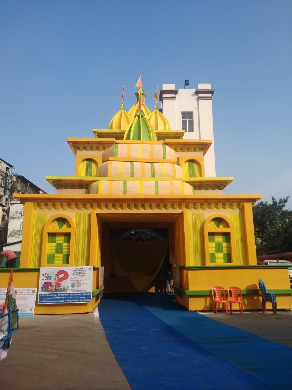 नार्थ कोलकाता का मोहम्मद अली पार्क पूजा पंडाल। इस पूजा पंडाल की थीम सचेतना है। यह कोरोना से सचेत रहने के लिए अन्य सेफ्टी के साथ मास्क पहनने पर जोर दिया गया है।