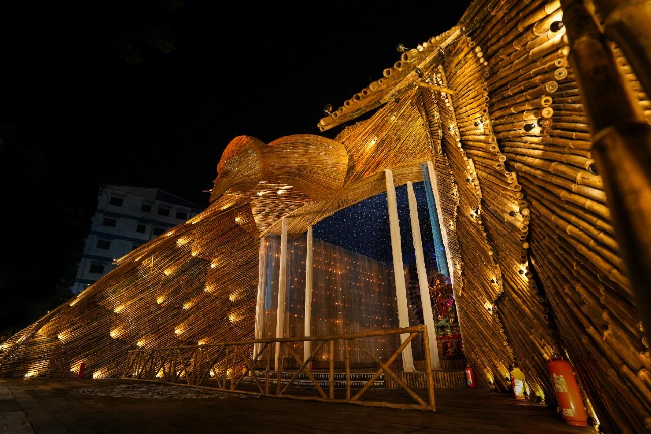 चेतला अग्रणी पूजा पंडाल को इस साल बेहद सिंपल तरीके से तैयार किया गया है। इसे बांस की लकड़ी से तैयार किया गया है।