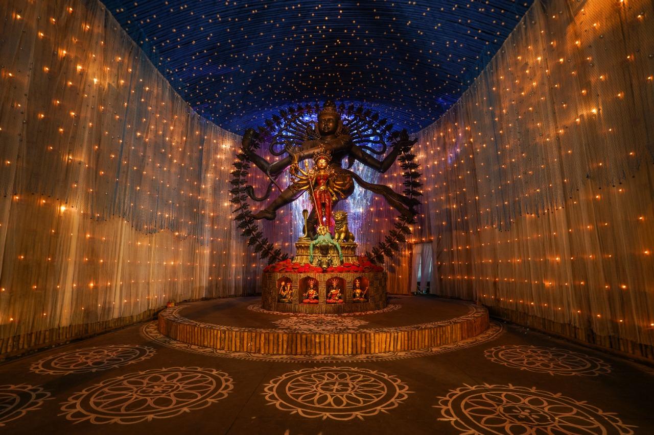 साउथ कोलकाता का चेतला अग्रणी नाम से मशहूर पूजा पंडाल में मां दुर्गा की अद्भूत प्रतिमा