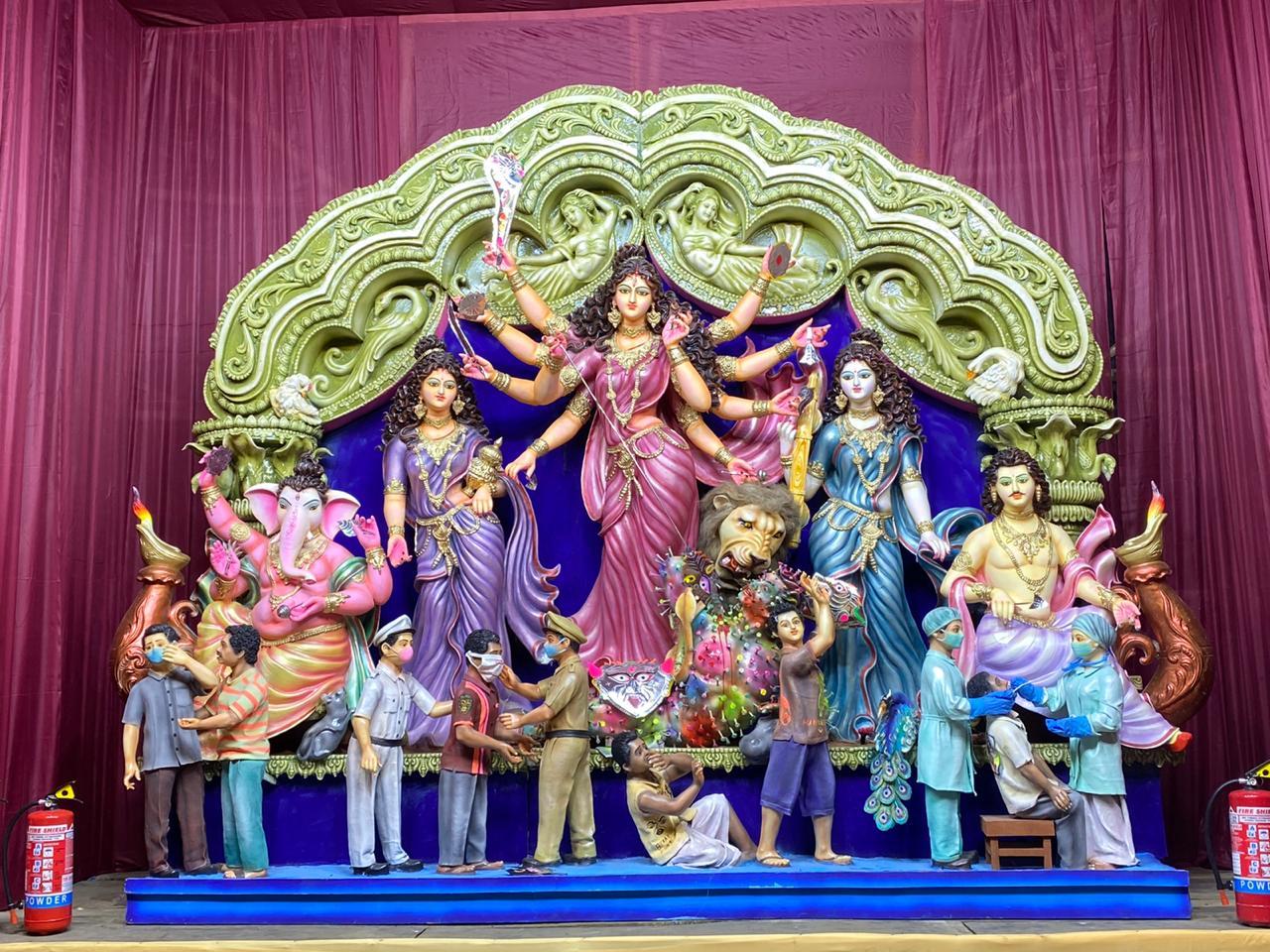 एमडीअली पार्क पूजा पंडाल में मां दुर्गा कोरोनावायरस महामारी रूपी राक्षस का संहार करती नजर आईं हैं। वहीं इस संकट में डॉक्टर, पुलिस और सफाई कर्मियों के योगदान को सराहा गया है। यहां पुलिस लोगों को मास्क पहनने को लेकर सचेत कर रहे हैं।