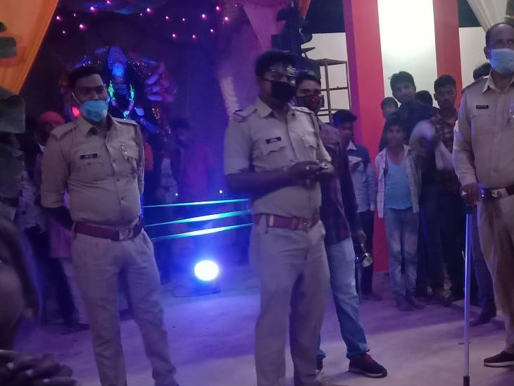 ललितपुर में दुर्गा पांडाल में कुछ पुलिसकर्मियों ने वहां मौजूद बच्चों और लोगों से अभद्रता की। इसकी शिकायत मे मिलने पर एसपी ने दोनों को लाइनहाजिर कर दिया। - Dainik Bhaskar