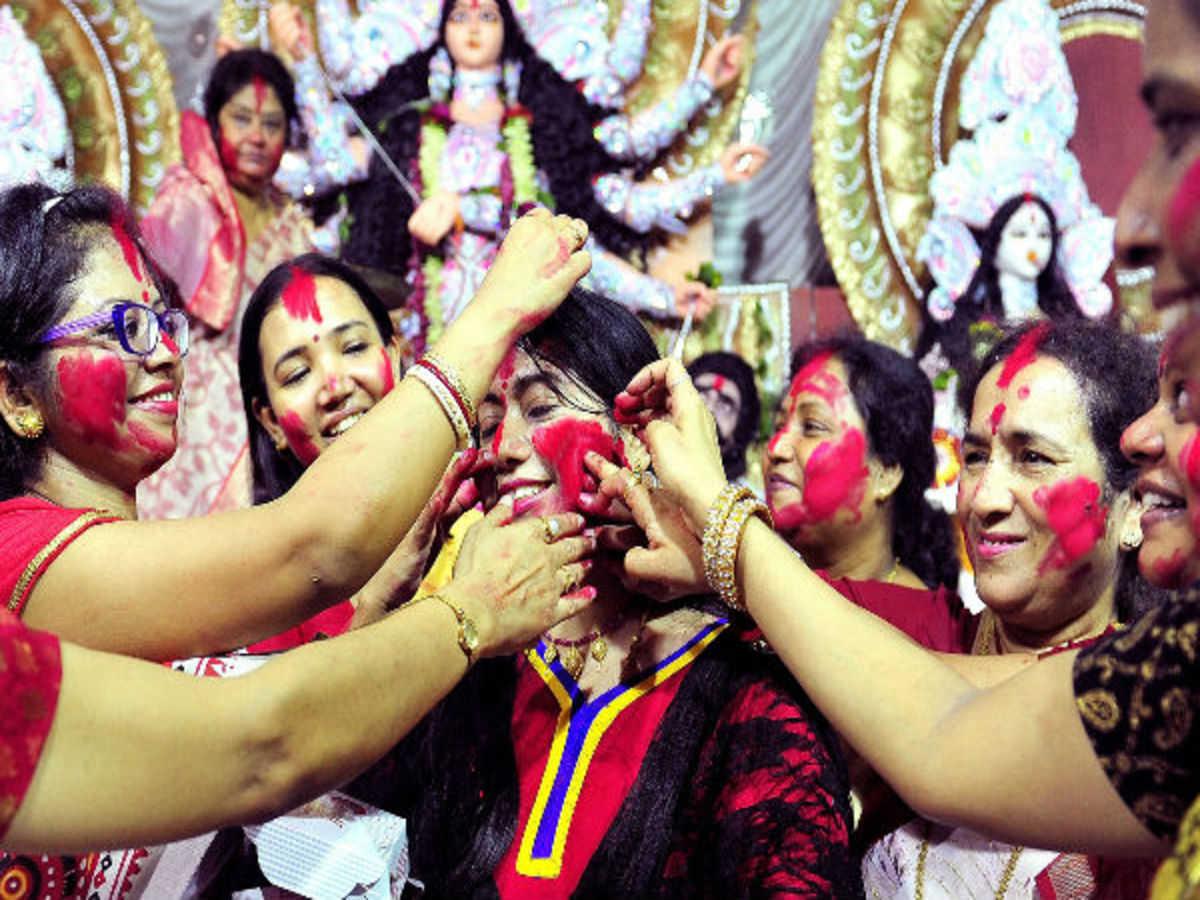 दुर्गापूजा की शुरुआत मां की प्रतिमा में चक्षु दान के साथ किया जाता है और पूजा सम्पन्न होती है सिंदूर खेला के साथ।