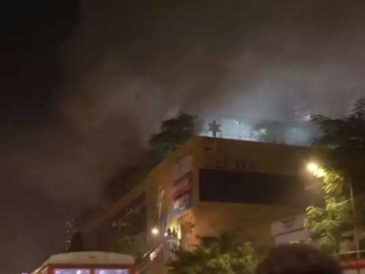 पहले एक दुकान में आग लगी थी और फिर मॉल के पूरे फ्लोर पर फैल गई।