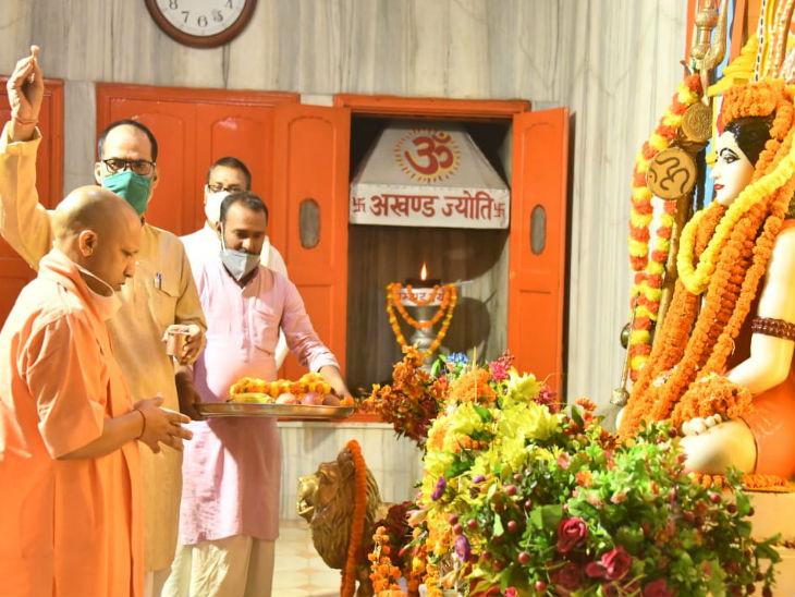गोरखनाथ मंदिर में पूजा अर्चना करते सीएम योगी।