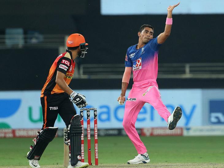 कार्तिक त्यागी ने 3.1 ओवर में 42 रन लुटाए और कोई विकेट नहीं ले सके।