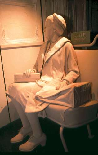 मोंटगोमरी बस में बैठी रोजा पार्क्स का स्टैच्यू, जिसे बर्मिंघम सिविल राइट्स इंस्टिट्यूट, अलबामा में रखा है।