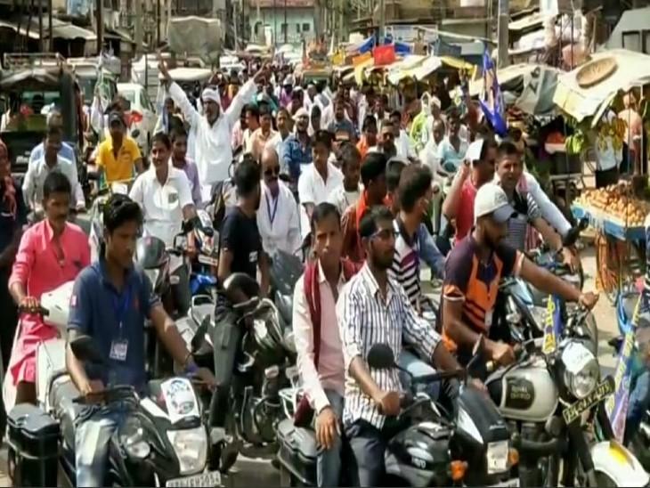 जमुई विधानसभा से रालोसपा प्रत्याशी और कृषि मंत्री रहे नरेंद्र सिंह के बेटे अजय प्रताप ने क्षेत्र के महिसौड़ी में दो दिन पहले रोड शो किया। इसमें कोरोना गाइडलाइन का पालन नदारद रहा।