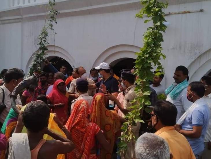 सांसद राजीव प्रताप रूडी अमनौर में अपने घर पर एक कार्यक्रम में दिखे। इसमें भीड़ से वह घिरे थे। सोशल डिस्टेंसिंग का कहीं पालन नहीं हो रहा था।