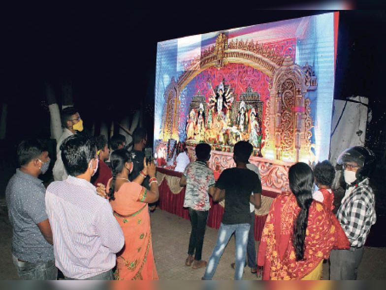 राजस्थान मित्र मंडल की ओर से प्राेजेक्टर के जरिए माता के दर्शन की व्यवस्था की गई है।