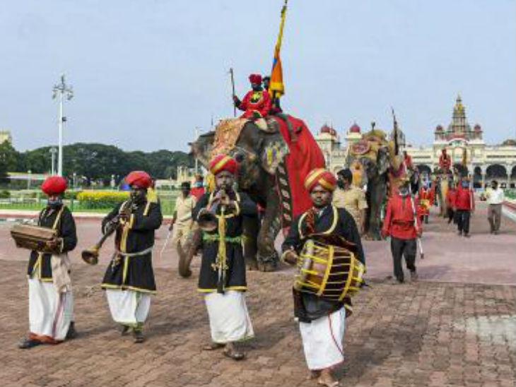 मैसूरु में दशहरे के दौरान सबसे खास होती है जम्बो सवारी। जिसमें राज महल से हाथियों का जुलूस निकाला जाता है। यह मैसूरु की लगभग हर गली से होकर गुजरता है।