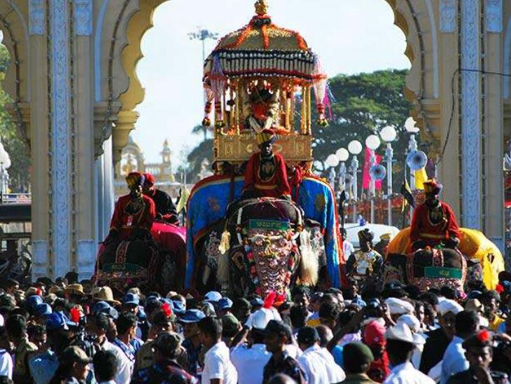 इस जलूस में एक हाथी पर 750 किलो का सोने का सिंहासन होता है उस पर देवी चामुंडेश्वरी की प्रतिमा रखी जाती है।