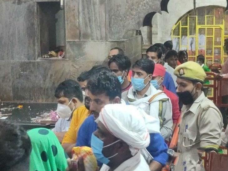 मंदिर में दर्शन के दौरान हालांकि कुछ लोग मास्क लगाए भी नजर आए।