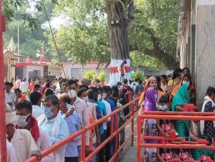 बलरामपुर में मां पाटेश्वरी देवी के दर्शन के लिए उमड़ी भक्तों की भीड़, सुबह से ही मंदिर में लगी कतार उत्तरप्रदेश,Uttar Pradesh - Dainik Bhaskar
