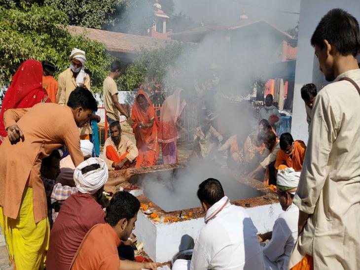 देवीपाटन मंदिर में नवरात्र के मौके पर हवन पूजन करते श्रद्धालु।