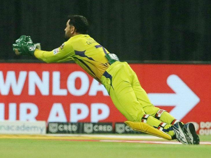 चेन्नई के कप्तान और विकेट कीपर धोनी ने शिवम मावी का कैच लिया। पहली बार में गेंद छूट जाने के बाद डाइव मारकर उन्होंने कैच पकड़ा।