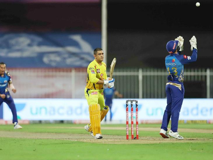 धोनी ने 16 बॉल पर 16 रन बनाए। राहुल चाहर की बॉल पर छक्का लगाने के प्रयास में वे क्विंटन डिकॉक को कैच दे बैठे।