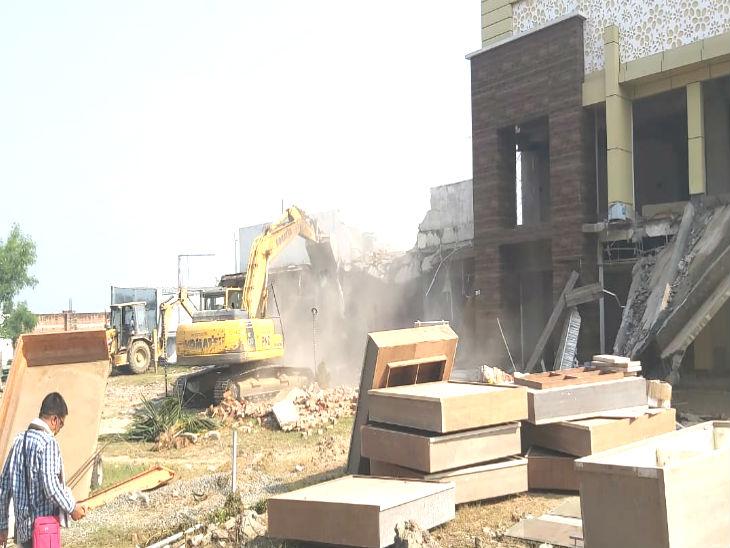 पूरी इमारत को बुलडोजर से गिरा दिया गया।