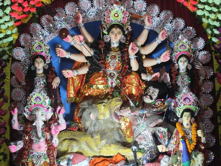 रांची के किशोरगंज में पूजा पंडाल में विराजमान मां दुर्गा की प्रतिमा।