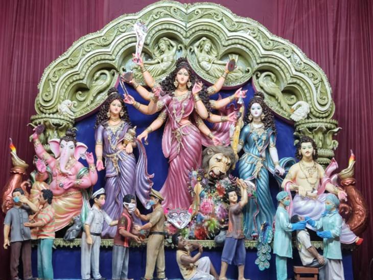 एमडीअली पार्क पूजा पंडाल में मां दुर्गा कोरोनावायरस महामारी रूपी राक्षस का संहार करती नजर आईं हैं। वहीं इस संकट में डॉक्टर, पुलिस के योगदान को सराहा गया है।
