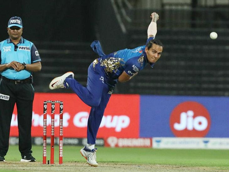 राहुल चाहर ने 4 ओवर में 22 रन देकर 2 विकेट अपने नाम किए।