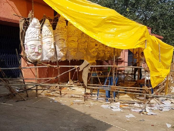 रायपुर की डब्ल्यूआरएस कॉलोनी में सार्वजनिक दशहरा उत्सव समिति हर बार बड़ा आयोजन करती है। रावण के पुतले को बनाने का काम जारी है। रावण पुतला दहन के दौरान 50 से ज्यादा लोग शामिल नहीं हो सकेंगे।