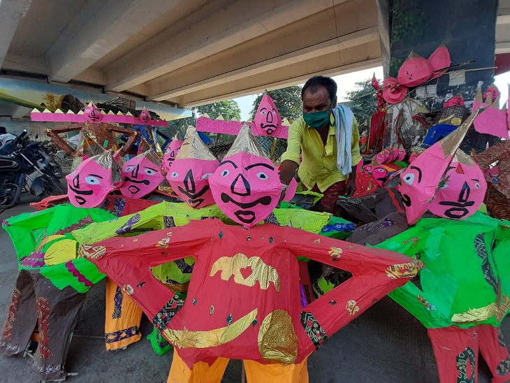 ये फोटो रायपुर की है। लोग रावण के पुतले बनाकर फ्लाईओवर के नीचे बेच रहे हैं, लेकिन इस बार डिमांड नहीं है। प्रशासन के रिहायशी इलाकों में पुतला दहन पर रोक के चलते लोग खरीदने नहीं पहुंच रहे।