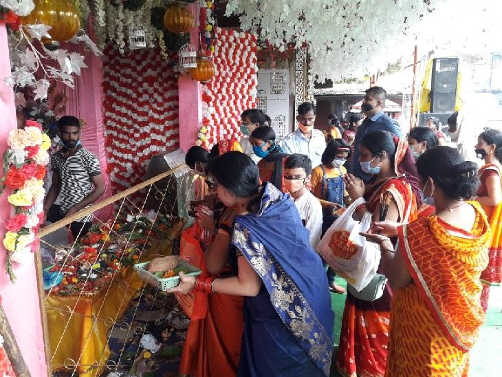 रातू रोड स्थित माता मंदिर में पूजा करने के लिए जुटी महिलाएं।