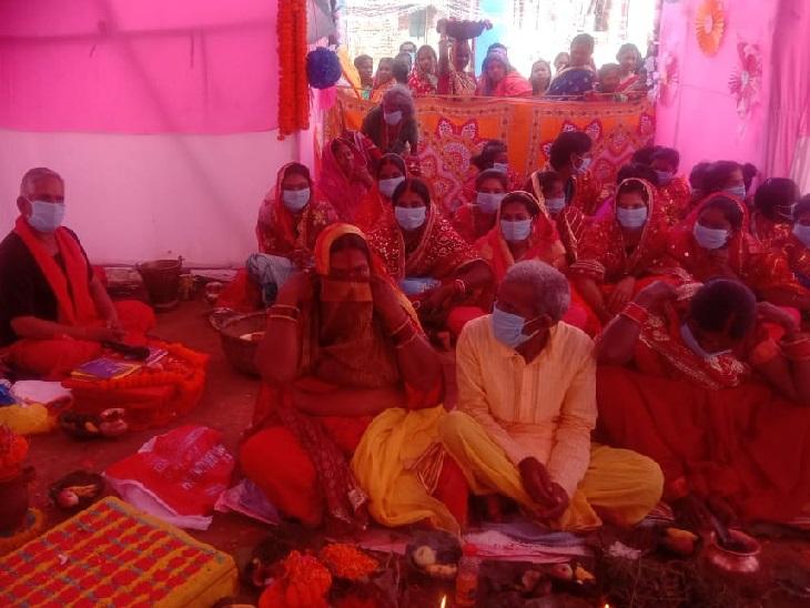 पतरातू के पूजा पंडाल में मास्क लगाकर पूजा करती महिलाएं।