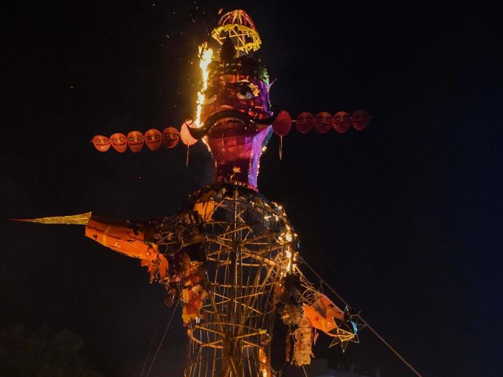 फोटो गुरुग्राम की है। यहां राम ने रावण के पुतले को जलाकर असत्य पर सत्य की जीत का संदेश दिया।