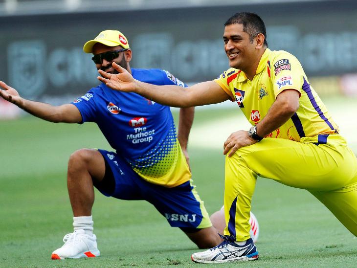 मैच से पहले मस्ती के मूड में दिखे चेन्नई सुपर किंग्स के मोनू सिंह और कप्तान महेंद्र सिंह धोनी।