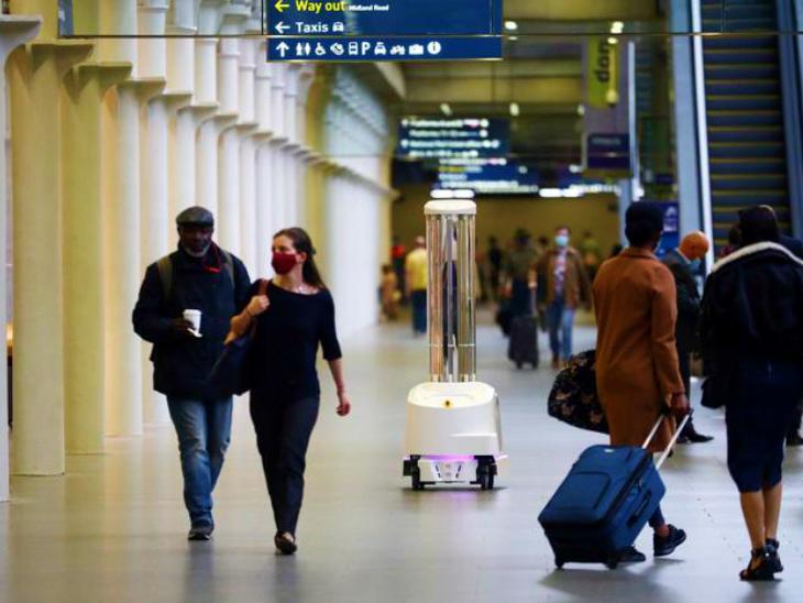लंदन के हीथ्रो एयरपोर्ट पर शनिवार को बाहर आते यात्री। ब्रिटेन सरकार ने यात्रा पर प्रतिबंध लगभग खत्म कर दिए हैं। यहां शनिवार को 19 हजार नए मामले सामने आए।