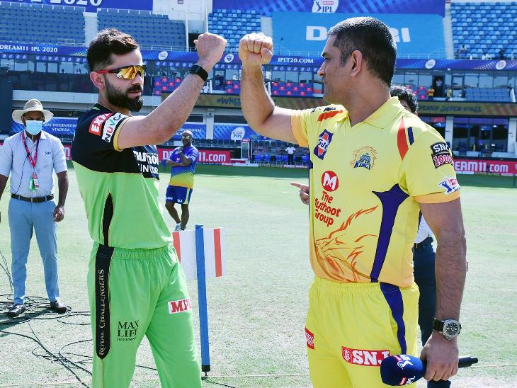 दुबई में टॉस के दौरान भारतीय क्रिकेट के दो दिग्गज विराट कोहली और एमएस धोनी।