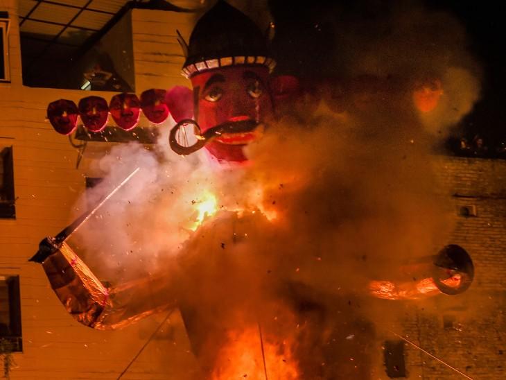 फोटो दिल्ली की है। यहां रावण का भव्य पुतला दहन किया गया। लोगों ने असत्य पर सत्य की जीत का जश्न मनाया।