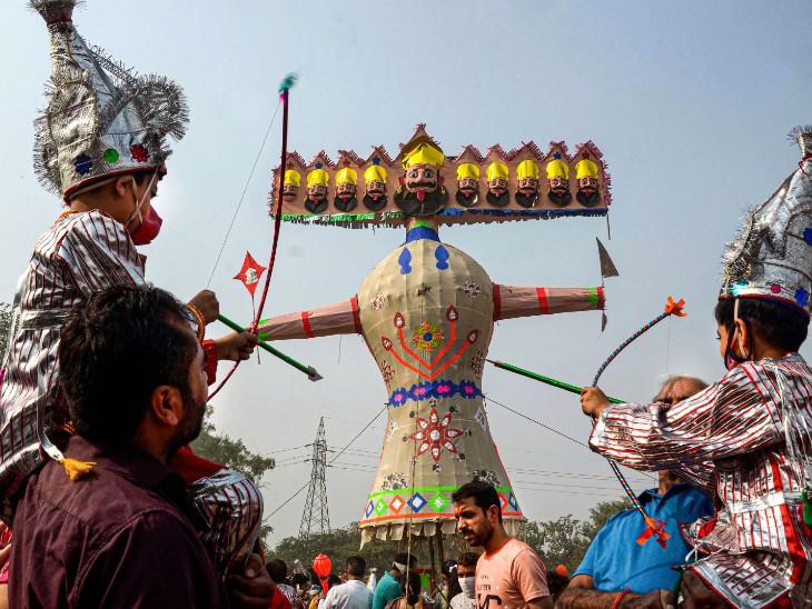 फोटो पंजाब के अमृतसर शहर की है। यहां एक छोटे बच्चे ने राम का रूप धारण करके रावण का पुतला दहन किया।