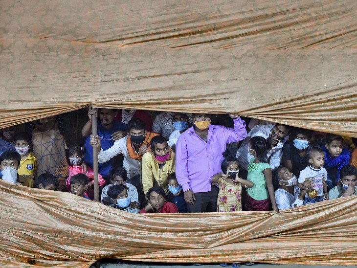 फोटो दिल्ली की है। यहां दशहरा पर रामलीला और रावण दहन देखने कड़कड़डूमा मैदान पर बड़ी संख्या में लोग पहुंचे। हालांकि, कोरोना के चलते लोगों को दूर ही रखा गया।