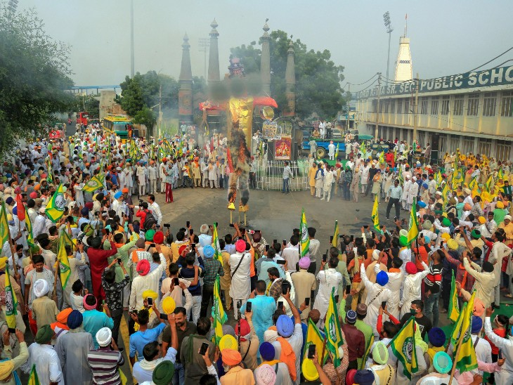 फोटो बठिंडा की है। यहां भारतीय किसान यूनियन ने रावण का दहन किया। इस दौरान किसानों ने जय किसान का नारा भी लगाया।