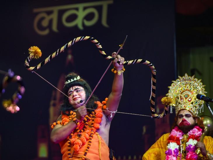 फोटो दिल्ली के रामलीला मैदान की है। यहां रामलीला मंचन के दौरान रावण वध का नजारा पेश करते कलाकार।